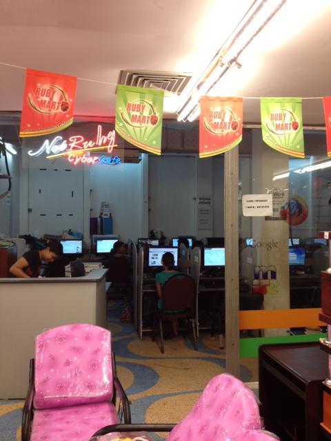 ミャンマーのショッピングセンターの家具売り場の一角にあったネットカフェ