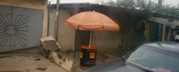 アビジャンではOrange Mobileの看板や店舗が至る所に目についた