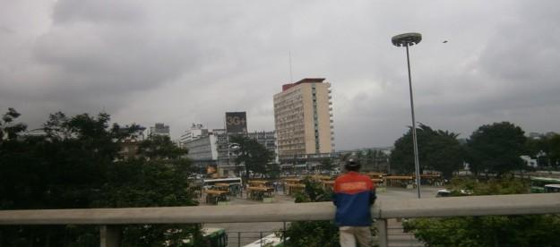 コートジボワール首都のアビジャン。「3G+」という看板が遠くに見える